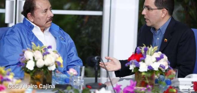 El cancillera Arreaza (derecha) mantuvo un encuentro con el presidente de Nicaragua Daniel Ortega.
