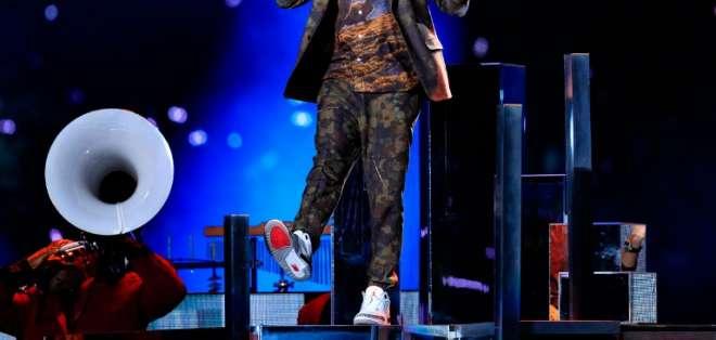 Justin Timberlake homenajea a Prince en el show del Super Bowl. Foto: AFP