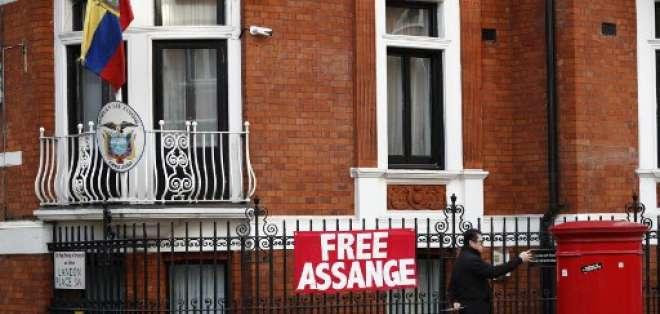 La policía británica aún quiere detener a Assange por haber vulnerado los términos de su libertad condicional. Foto: AFP