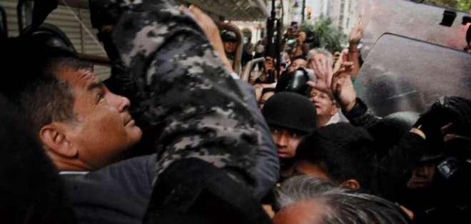 Intensa protesta afuera de Fiscalía en Guayaquil por comparecencia de Rafael Correa / Foto: API