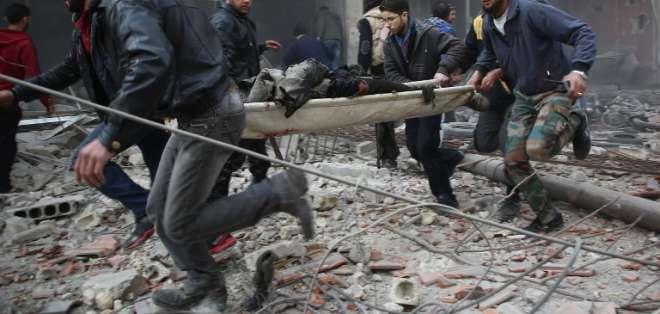 KAFR BATNA, Siria.- Los rescatistas evacúan a las personas que resultaron heridas tras el ataque. Foto: AFP