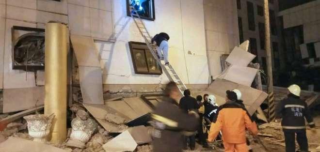 Unas 30 personas quedaron atrapadas dentro del hotel que se derrumbó. Foto: AFP