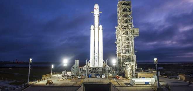 Foto de un cohete Falcon Heavy de la empresa SpaceX en Cabo Cañaveral, Florida, el 28 de diciembre de 2017. Foto: AP.