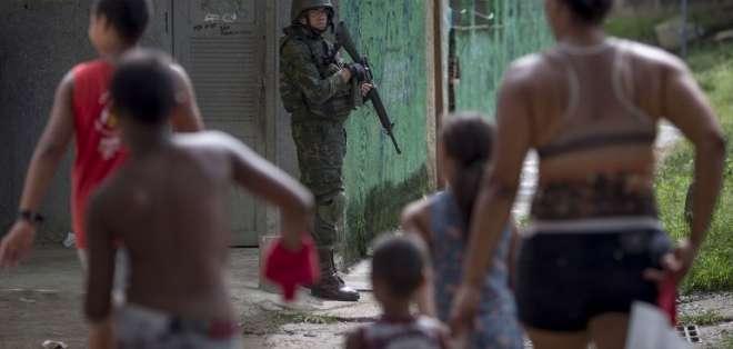 RÍO DE JANEIRO, Brasil.-  La favela Ciudad de Dios mantiene presencia policial y militar constantemente. Foto: AFP