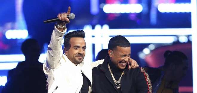 """Luis Fonsi, a la izquierda, y Daddy Yankee cantan """"Despacito"""" en la ceremonia de los premios Grammy, el domingo 28 de enero del 2018 en Nueva York. Foto: AP."""