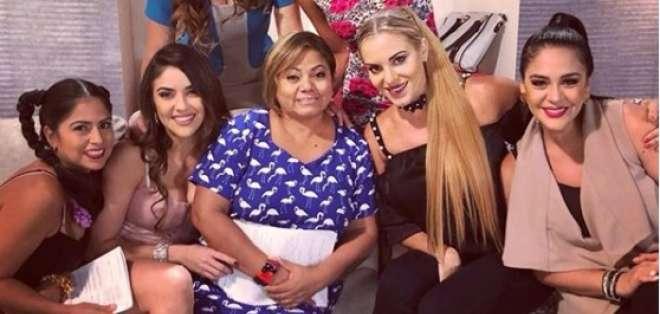 GUAYAQUIL, Ecuador.- La actriz junto a sus compañeras de reparto en el set de Tres Familias. Foto: tomada de instagram
