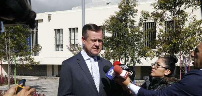 Andrés Páez reconoce firma en denuncia contra el ministro de Ministro de Economía y Finanzas. Foto: API