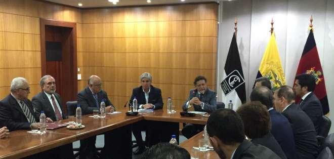 La mañana de este 8 de febrero, el contralor subrogante Pablo Celi se reunió con delegados del Foro de Economía para hablar sobre la auditoría de la deuda pública en el gobierno anterior. Foto: Paúl Romero - Ecuavisa