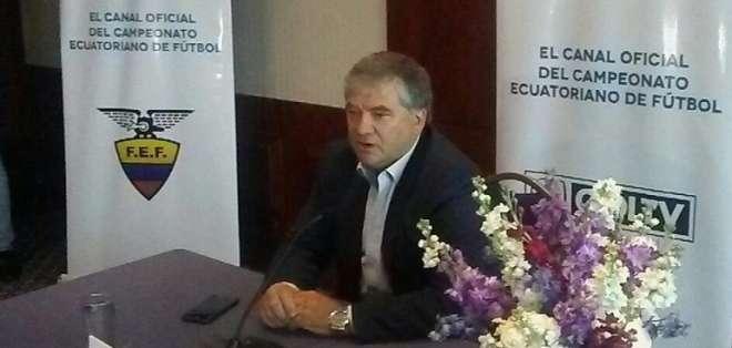 Oswaldo Giménez dio una rueda de prensa para aclarar su contrato con la FEF. Foto: Tomada de la cuenta Twittter @RadioHuancavilk