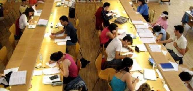 Consulado revela que jóvenes buscan especializaciones en medicina, maestrías o doctorados. Foto: Referencial.