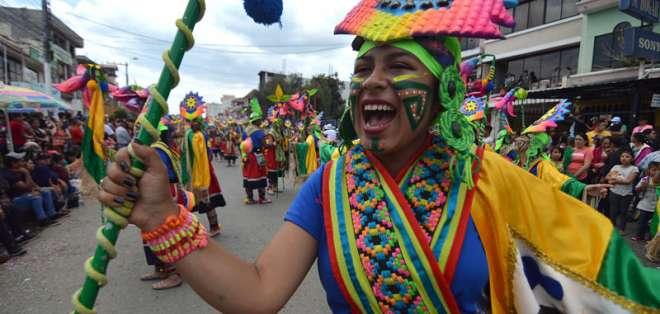 GUALACEO, Ecuador.- Joven danza con disfraz durante un desfile efectuado con motivo del carnaval. Foto: API.