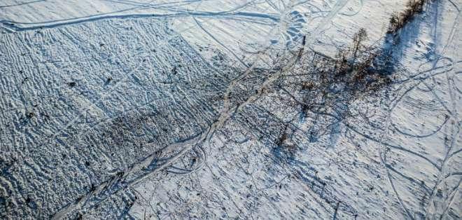 La nieve complica la investigación sobre la caída del avión de pasajeros en Rusia. Foto: AFP