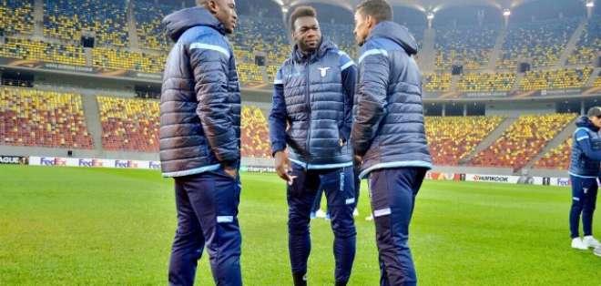 El delantero ecuatoriano (c.) es confeso hincha de Barcelona. Foto: Tomada de la cuenta twitter @OfficialSSLazio