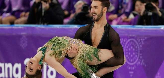 Gabriella Papadakis (i.) mostró accidentalmente uno de sus senos. Foto: AP