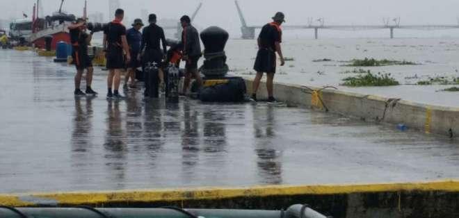 Hallan el cuerpo del joven desaparecido después de que un barco se virara en el río Guayas. Foto: Dirnea
