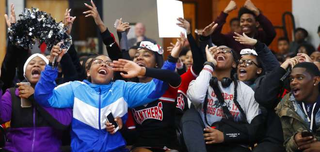 estudiantes de la escuela secundaria University Prep Academy en Detroit reaccionan a la cinta. Foto: AP.