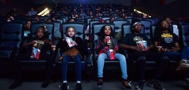 """Mari Copeny, tercera de la izquierda, mira """"Black Panther"""" con más de 150 niños. Foto: AP."""