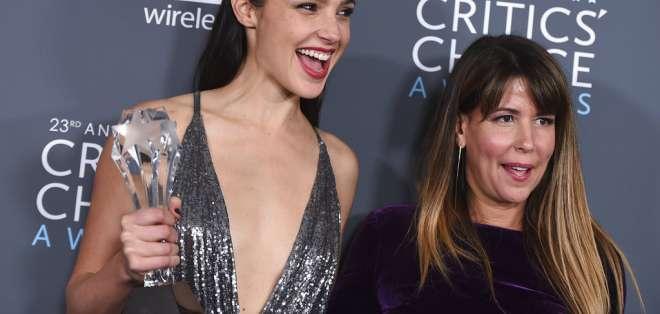 """Gal Gadot, izquierda, y Patty Jenkins, ganadoras del premio a la mejor película de acción por """"Wonder Woman"""". Foto: AP."""