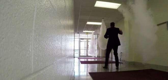 INDIANAPOLIS, Estados Unidos.- Los pasillos de la escuela cuentan con aspersores de humo para desorientar al atacante. Foto: NBC