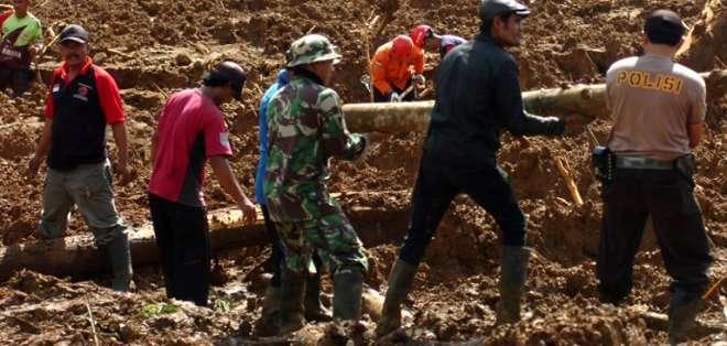 BREBES, Indonesia.- Rescatistas continúan buscando a las 14 personas desparecidas tras el deslave. Foto: AFP