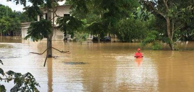 LOS RÍOS, Ecuador.- En algunos cantones, los habitantes tienen que nadar para salir de sus casas. Foto: Radio Fluminense