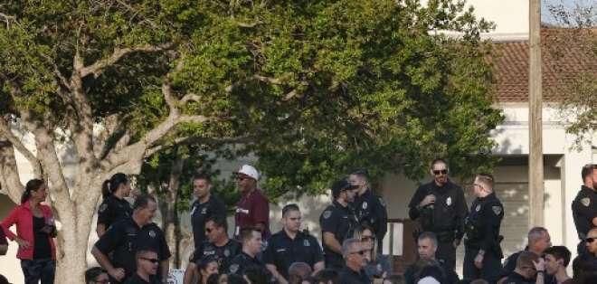 PARKLAND, Estados Unidos.- Los estudiantes y maestros regresaron al centro de estudios con resguardo policial. Foto: AFP