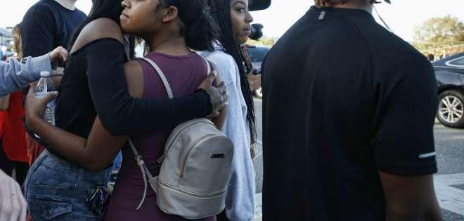 PARKLAND, Estados Unidos.- Los adolescentes reciben muestras de afecto a su llegada a la escuela. Foto: AFP