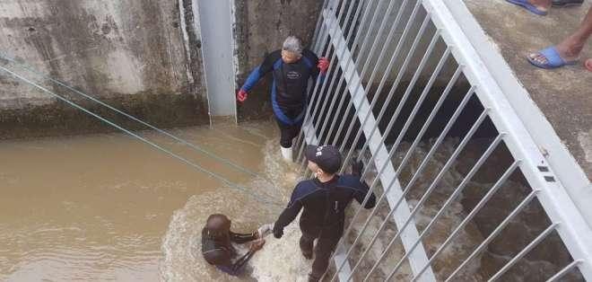 GUAYAQUIL, Ecuador.- Personal del GOE halló el cadáver atrapado entre unas rejas. Foto: Francisco Amaya - Ecuavisa