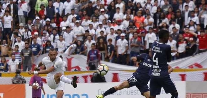 Asistencia y gol de Hernán Barcos para que Liga venza a Univerisdad Católica en el Atahualpa.