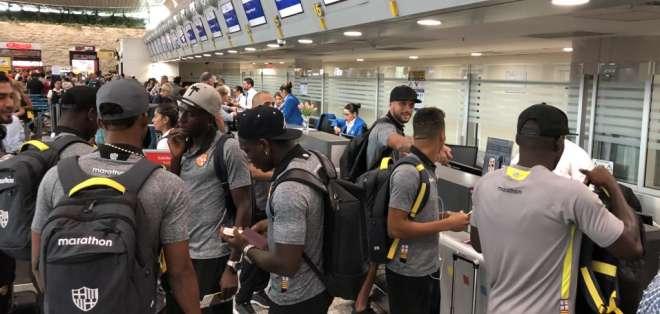 La delegación de Barcelona llegó al aeropuerto para viajar a territorio paraguayo.