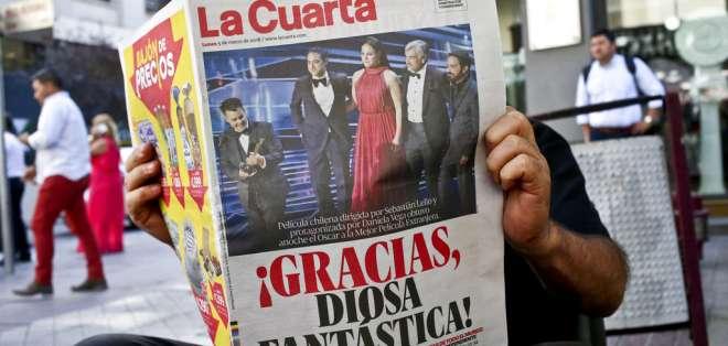 Entre los chilenos que celebraron el triunfo estuvieron la presidenta saliente y el mandatario entrante. Foto: API.