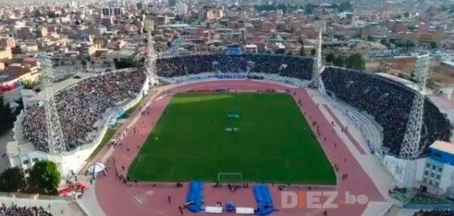 Los 'puros criollos' llegaron atrasados al estadio Jesús Bermúdez y no los dejaron entrar. Foto: Tomada de https://www.diez.bo/
