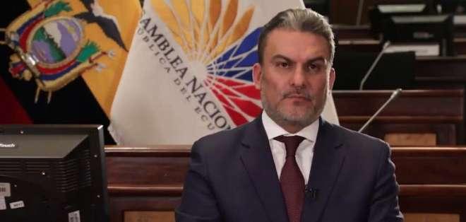 Desde su curul, Serrano afirma que busca defender la institucionalidad del país. Foto: Captura