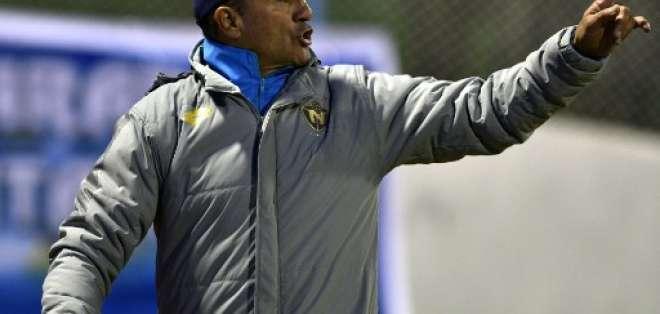 El entrenador de El Nacional explicó que la cancha mojada dificultó el partido. Foto: AFP