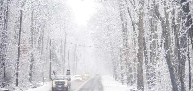 PERKASIE, EE.UU.-  Autoridades sugerían usar transporte público debido al peligro al conducir con la nevada. Foto: AFP