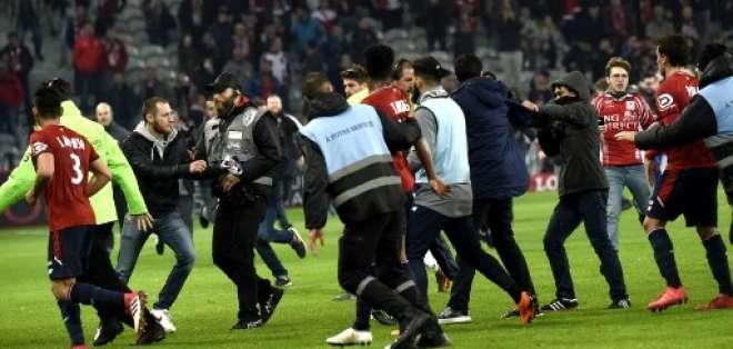 Los aficionados franceses entraron tras la finalización del partido. Foto: AFP