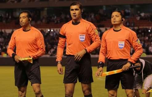El árbitro central ecuatoriano agregó 6 minutos y no pitó un fuera de juego. Foto: Archivo