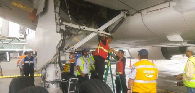 Dos jóvenes que pretendieron viajar en el tren de aterrizaje de una aerolínea comercial el pasado 26 de febrero. Foto: DGAC