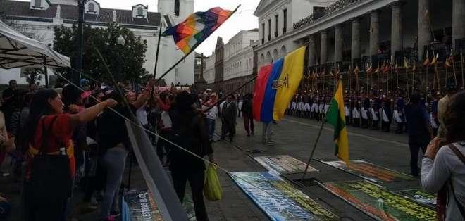 QUITO, Ecuador.- Las mujeres amazónicas realizan una manifestación frente a Carondelet desde el 12 de marzo. Foto: Confeniae