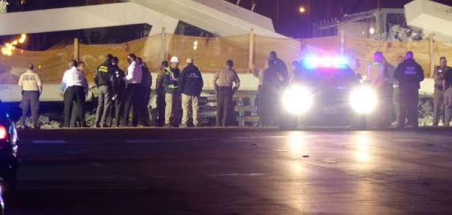 Expertos temen que estructuras de apoyo de puente peatonal también se derrumben. Foto: AFP