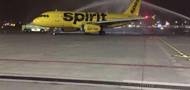 """La aeronave fue recibida por la DGAC con el tradicional """"arco de agua""""."""