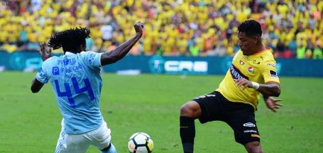 Michael Arroyo marcó de penal la tercera para Barcelona en la victoria sobre Emelec.
