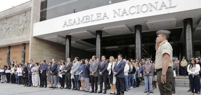 QUITO, Ecuador.- El Legislativo suscribió un Acuerdo de Paz en el que pide a Colombia honrar acuerdos. Foto: Twitter Asamblea.