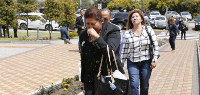 QUITO, Ecuador.- Rostros de angustia se evidencian entre los familiares y periodistas que siguen la noticia. Foto: API