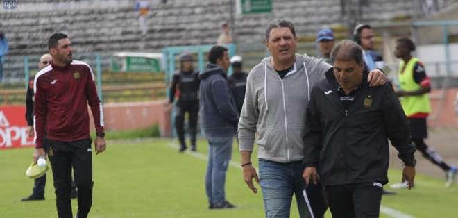 El entrenador argentino (i.) pidió que no le dijeran ladrón. Foto: API