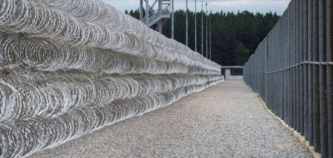 Una cerca de alambre de cuchillas protege el perímetro del centro correccional Lee, en Bishopville, Carolina del Sur. Foto: AP