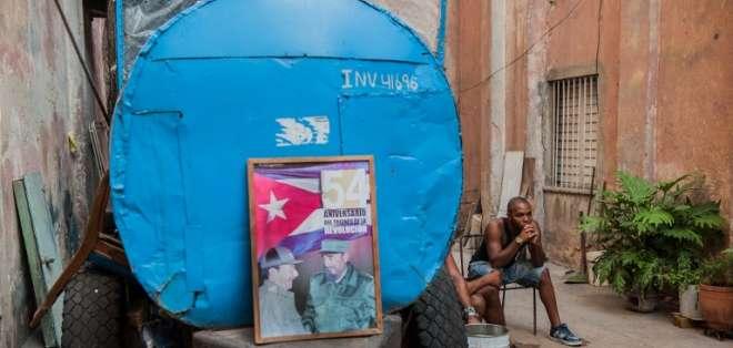 Póster del difunto líder cubano Fidel Castro y del presidente cubano Raúl Castro en La Habana, el 9 de abril de 2018. Foto: AFP