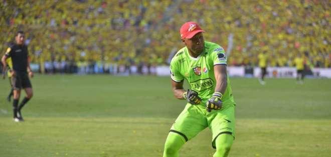 Máximo Banguera regaló sus guantes a un pequeño aficionado luego del partido ante Guayaquil City.