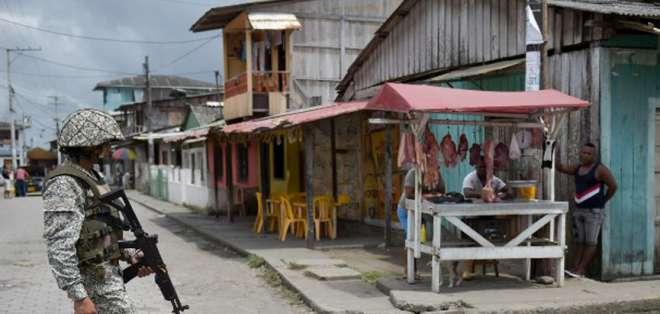 Militar patrulla las calles de Tumaco, municipio del departamento de Nariño, cerca de la frontera con Ecuador. Foto: AFP