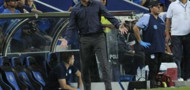 Alfredo Arias discutió con un grupo de hinchas en pleno juego de Emelec ante River Plate.